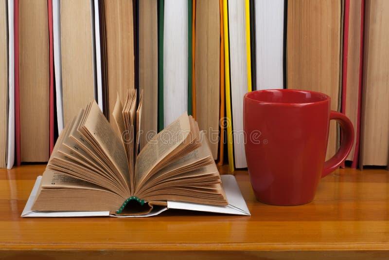 Open boek, de rode kleurrijke boeken van het kopboek met harde kaft op houten lijst Terug naar School Exemplaarruimte voor tekst  stock afbeelding