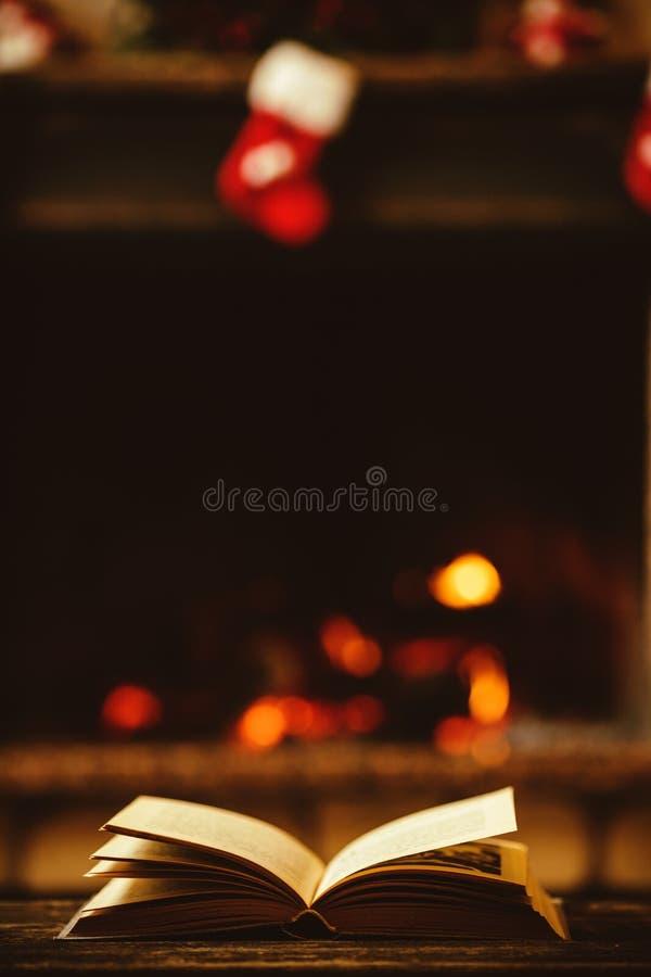 Open boek door de Open haard met Kerstmisornamenten Open storyb royalty-vrije stock afbeelding