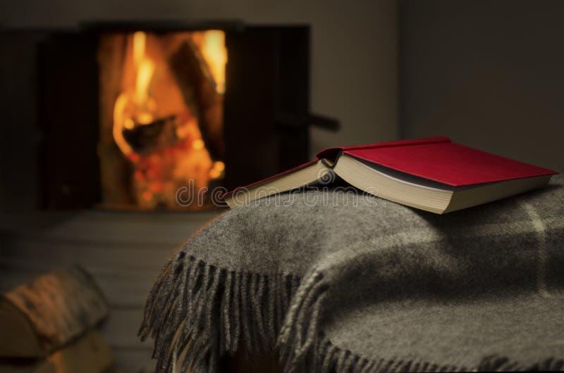 Open boek door open haard. stock afbeeldingen