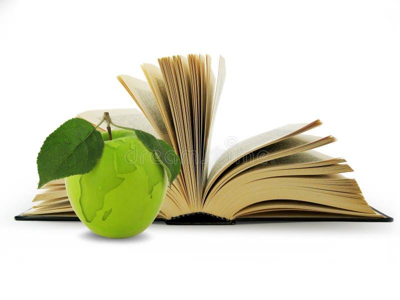 Open Boek en bol in groene appel. stock afbeelding