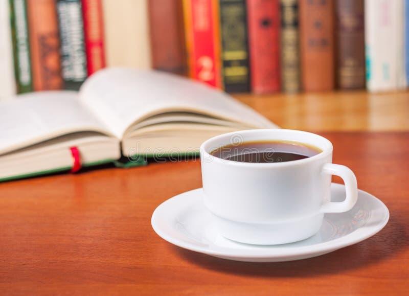 Open boek en een kop van koffie royalty-vrije stock afbeelding