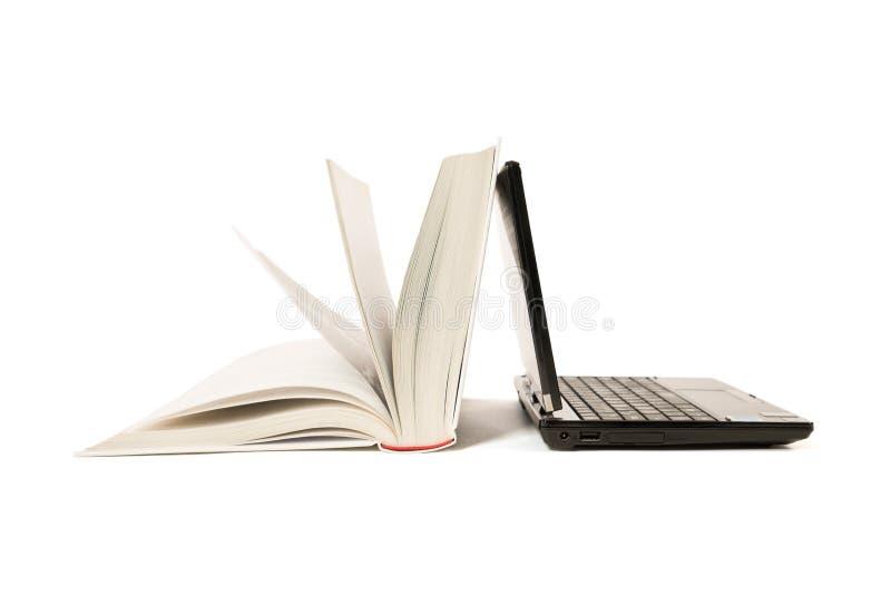 Open boek en laptop stock afbeelding