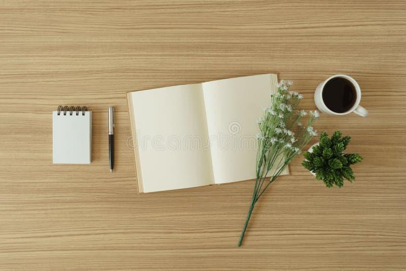 Open boek met blanco pagina's op houten achtergrond royalty-vrije stock afbeeldingen