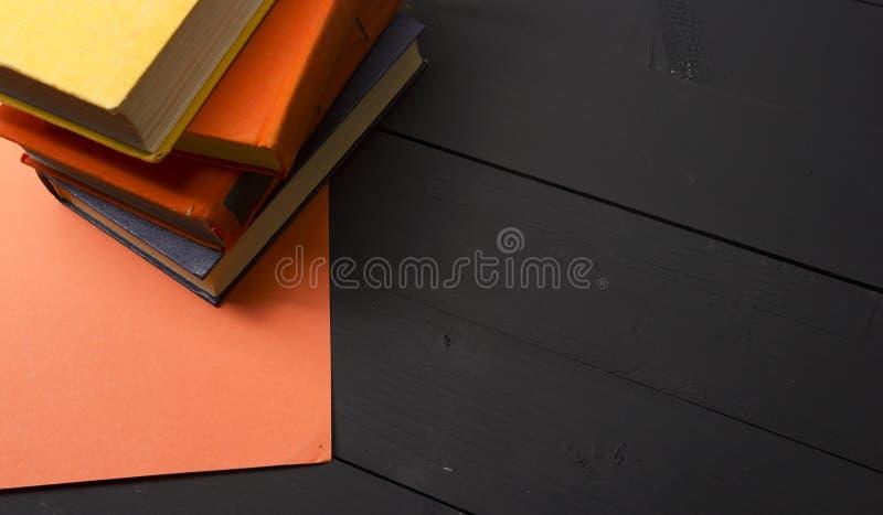 Open boek, boek met harde kaftboeken op houten lijst Terug naar School De ruimte van het exemplaar stock afbeeldingen
