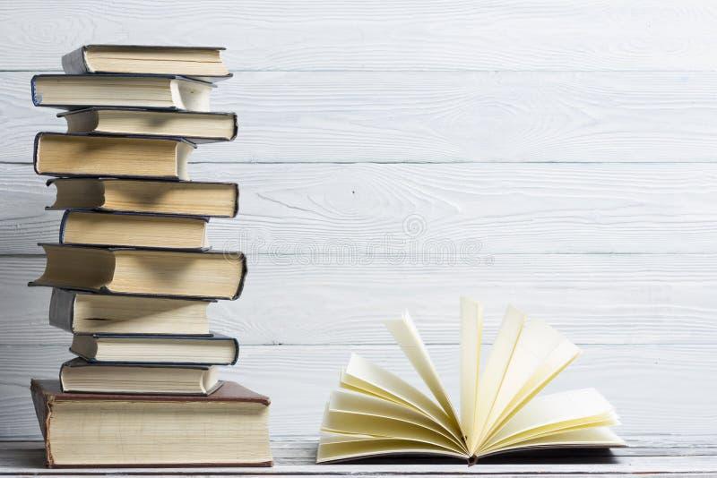 Open boek, boek met harde kaftboeken op houten lijst Terug naar School De ruimte van het exemplaar royalty-vrije stock foto's