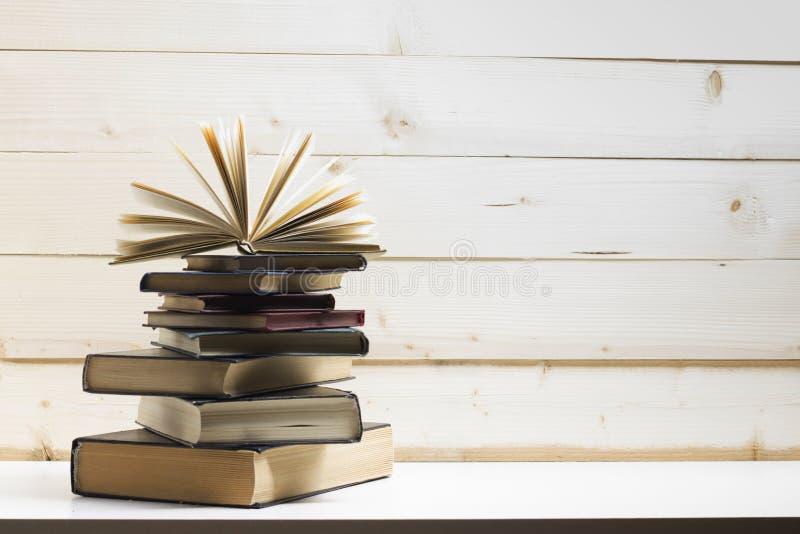 Open boek, boek met harde kaftboeken op houten lijst Terug naar School De ruimte van het exemplaar stock fotografie