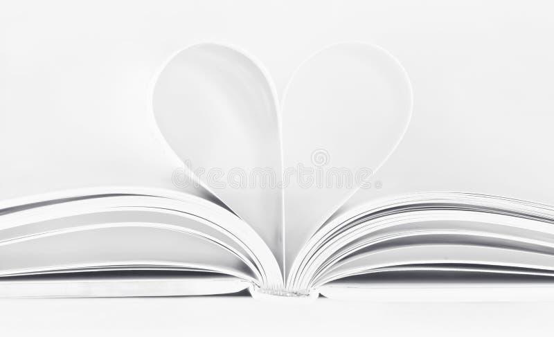 Open boek met hart gestalte gegeven pagina's op wit royalty-vrije stock foto's