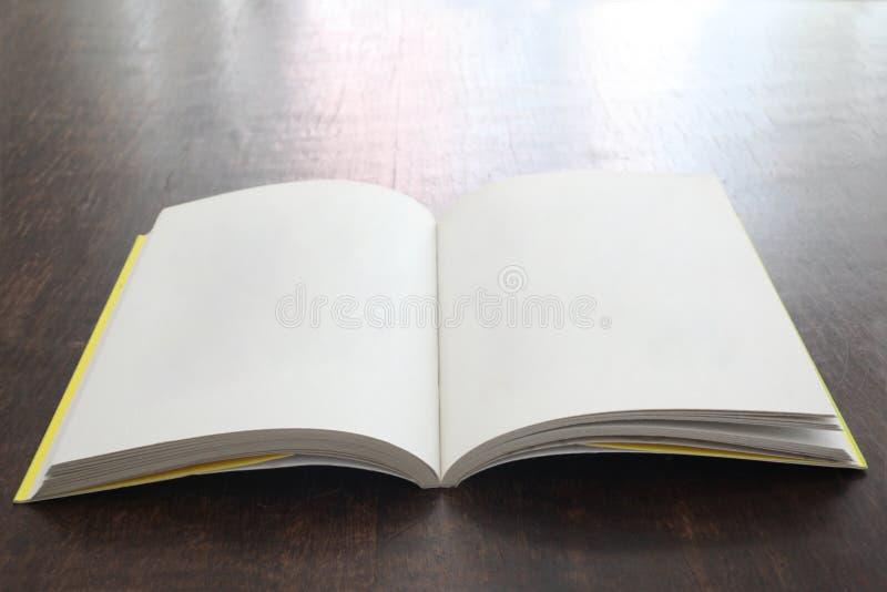 Open boek met lege pagina's op een houten lijst met exemplaarruimte royalty-vrije stock afbeelding