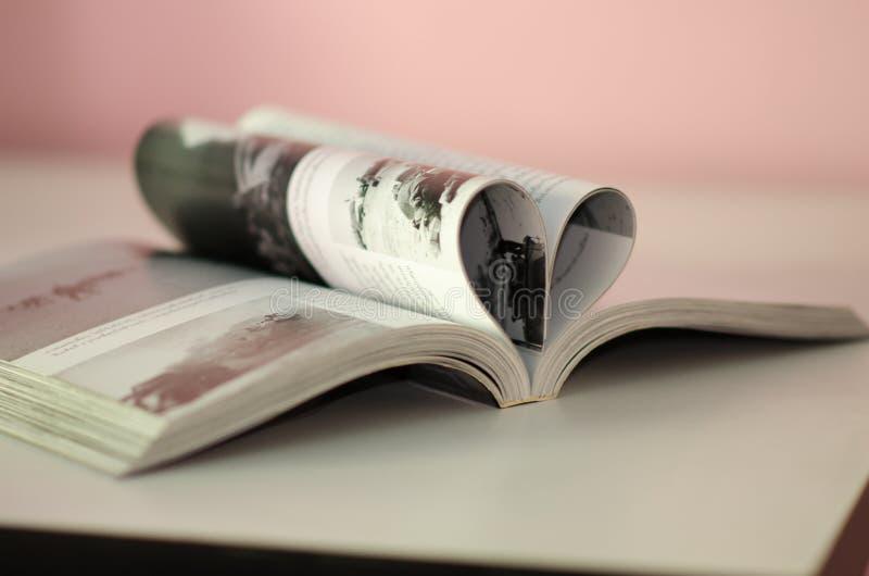 Open boek met pagina's die hartvorm vormen stock afbeelding