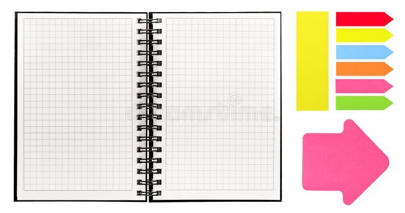 Open boek met spiraalvormig bindmiddel en kleurrijke kleverige nota's stock afbeeldingen