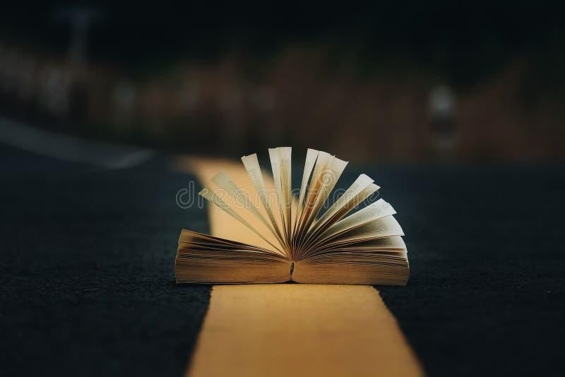 Open boek op het midden van de weg stock foto's