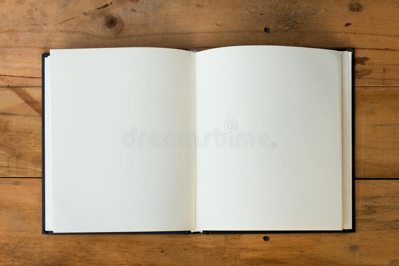 Open boek op houten lijst royalty-vrije stock afbeeldingen
