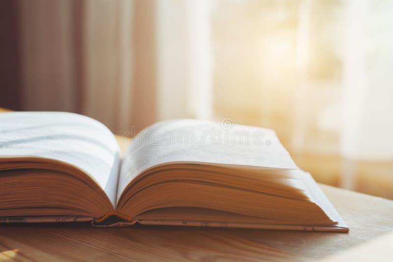 Open boek op houten lijst stock fotografie