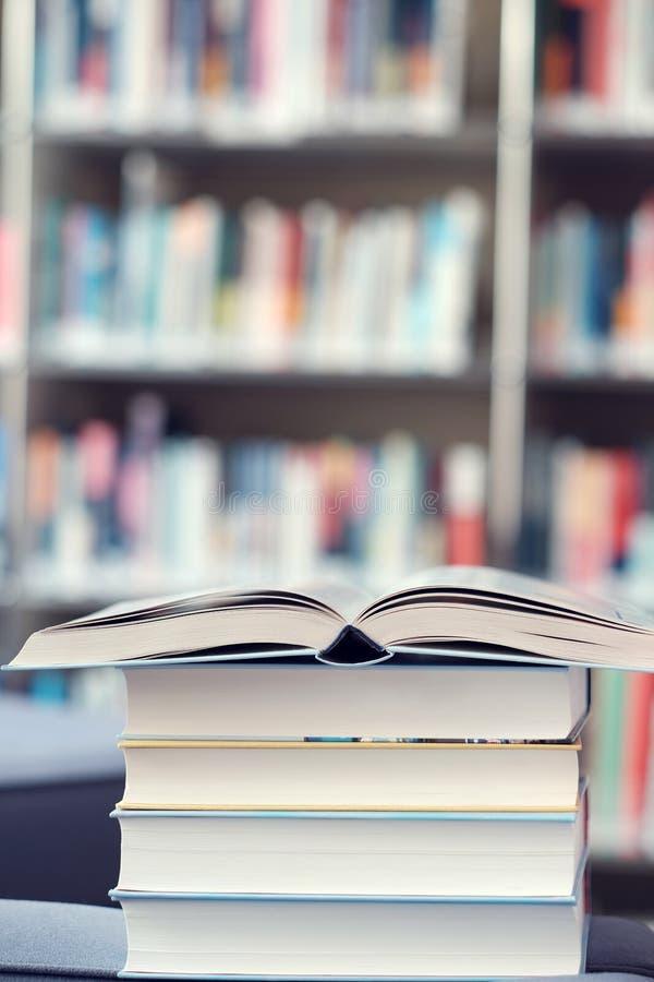 Open boek op stapel boeken in een bibliotheek stock foto