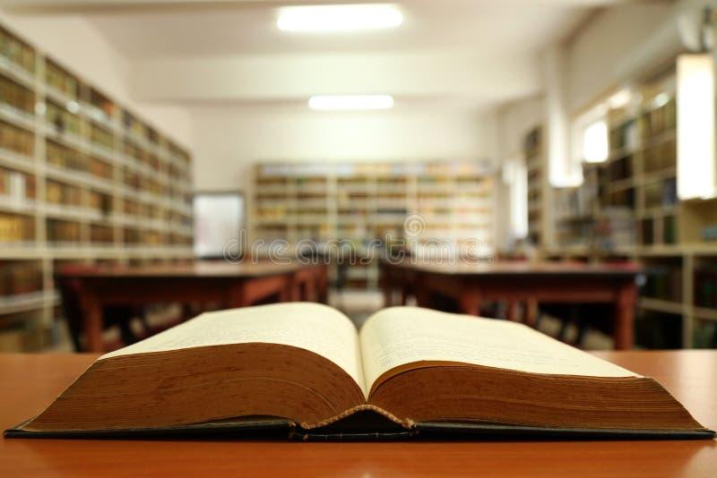 Open boek in oude bibliotheek royalty-vrije stock fotografie