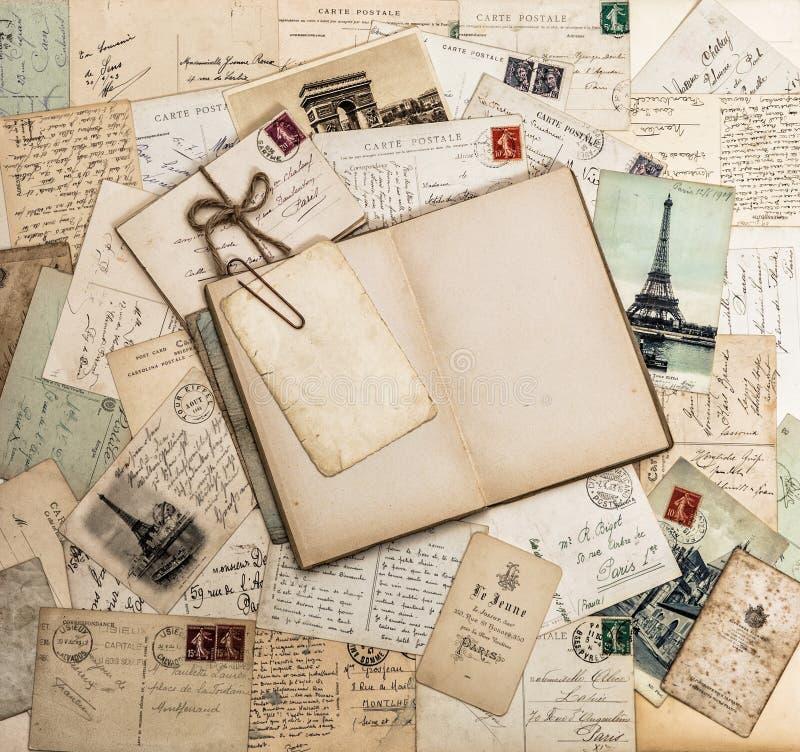 Open boek, oude brieven en prentbriefkaaren De Pa van Frankrijk van het reisplakboek stock foto