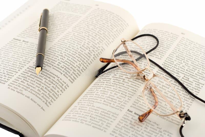 Open boek, pen en glazen royalty-vrije stock foto's