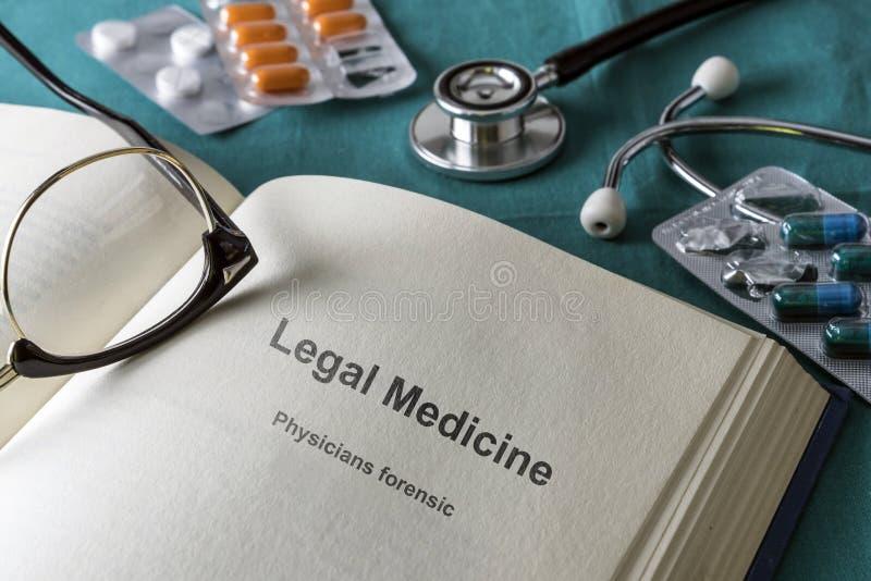 Open boek van wettelijke geneeskunde en gerechtelijk stock afbeelding
