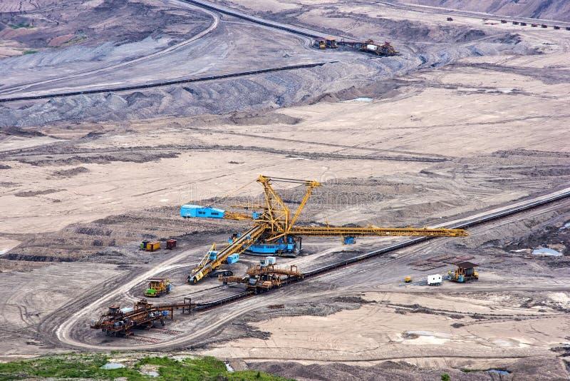 Open bruinkool - gegoten mijnbouw royalty-vrije stock afbeeldingen