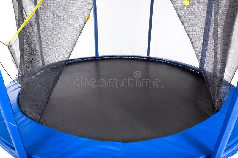 Open close-uptrampoline voor kinderen en volwassenen voor pret binnen of openluchtgeschiktheid die op witte achtergrond springen stock afbeeldingen