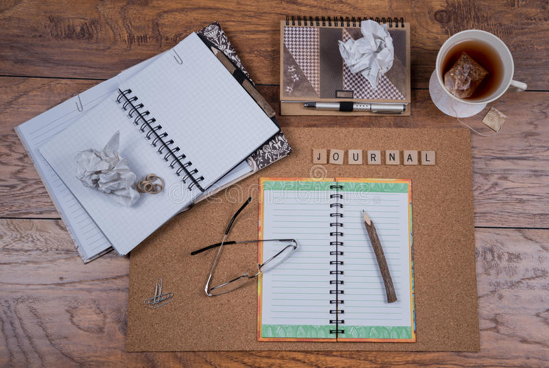 Open Dagboekboeken op Bureau stock foto