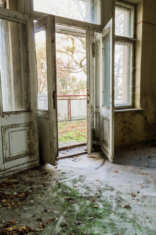 Open de deur in een verlaten ruimte royalty-vrije stock fotografie