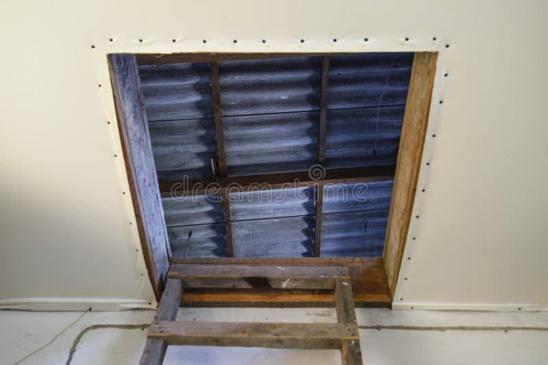 Open de ingang voor de zolder De trap en de deur aan de zolder van het huis stock foto