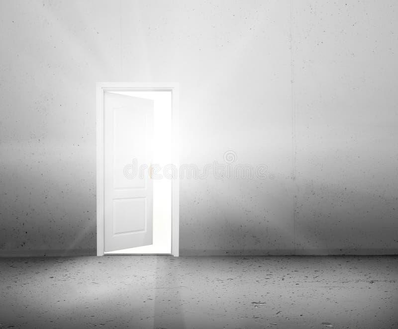 Open deur aan een nieuwe betere wereld, zon het lichte glanzen door deuropening stock foto