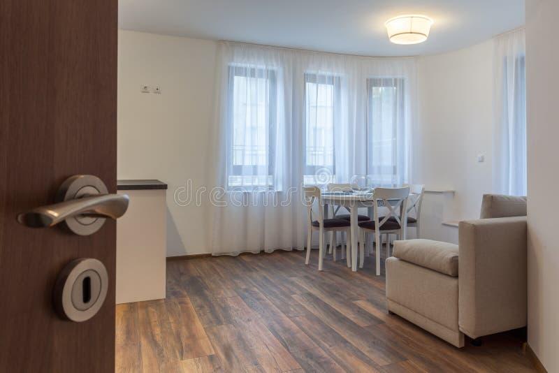 Open deur aan een nieuwe moderne woonkamer Nieuw huis Binnenlandse fotografie Houten Vloer stock foto