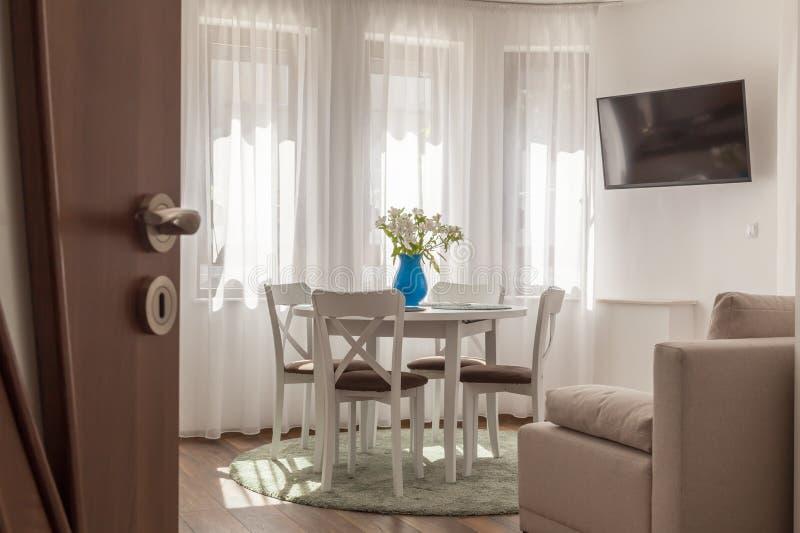 Open deur aan een nieuwe moderne woonkamer Nieuw huisconcept Binnenlandse fotografie stock afbeelding