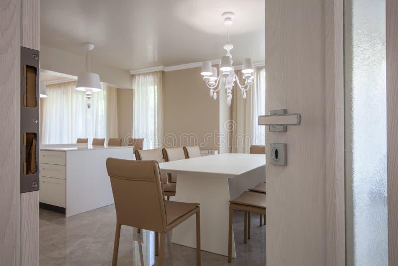 Open deur aan een nieuwe moderne woonkamer Nieuw huisconcept Binnenlandse fotografie royalty-vrije stock foto's