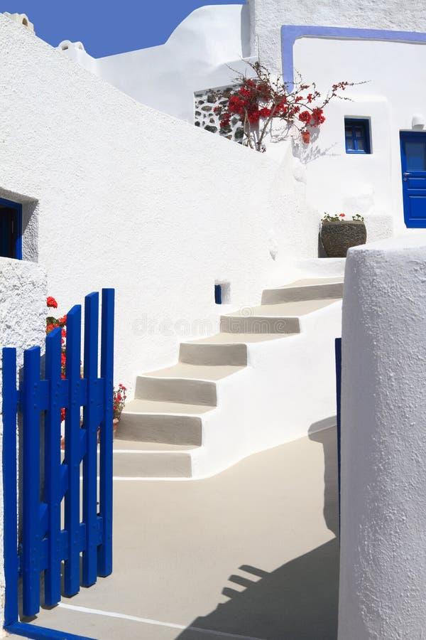 Open deur in een typisch Grieks huis van Santorini stock afbeeldingen