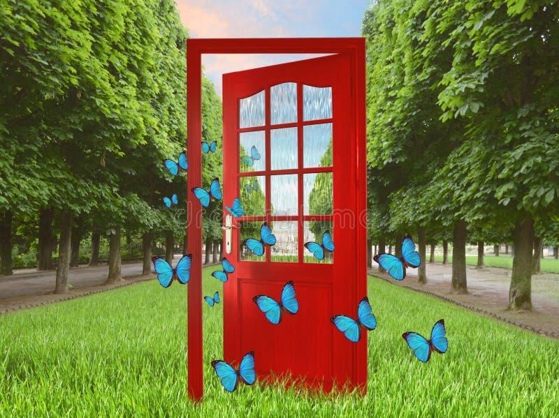 Open deur in groene tuin en vliegende vlinders royalty-vrije stock afbeelding