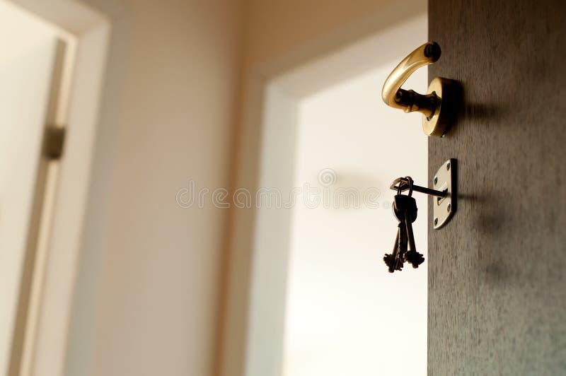 Open deur met sleutels. stock afbeeldingen