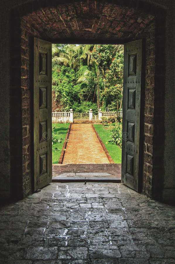 Open deuren aan de tropische tuin bij villa royalty-vrije stock fotografie