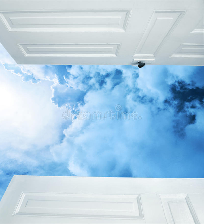 Open deuren aan dromerige blauwe wolken royalty-vrije stock afbeelding