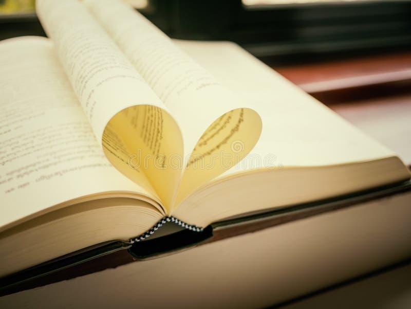 Open die boek met pagina's als hart gestalte worden gegeven royalty-vrije stock afbeeldingen