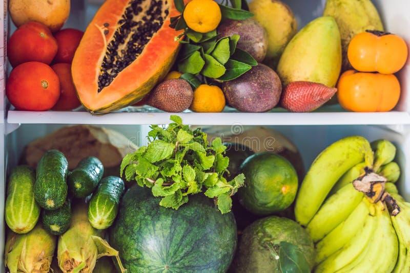 Open die Ijskast met Verse Vruchten en Plantaardig, Ruw Voedselconcept wordt gevuld, gezond het eten concept stock afbeeldingen
