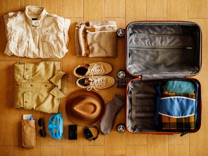 Open die koffer voor het reizen wordt ingepakt stock foto