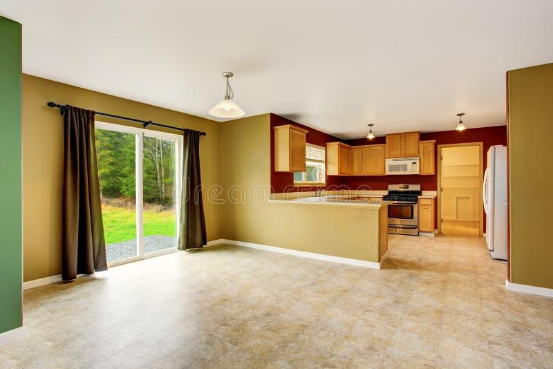 Open die planbinnenland met keukenruimte wordt verbonden met rode muren royalty-vrije stock fotografie
