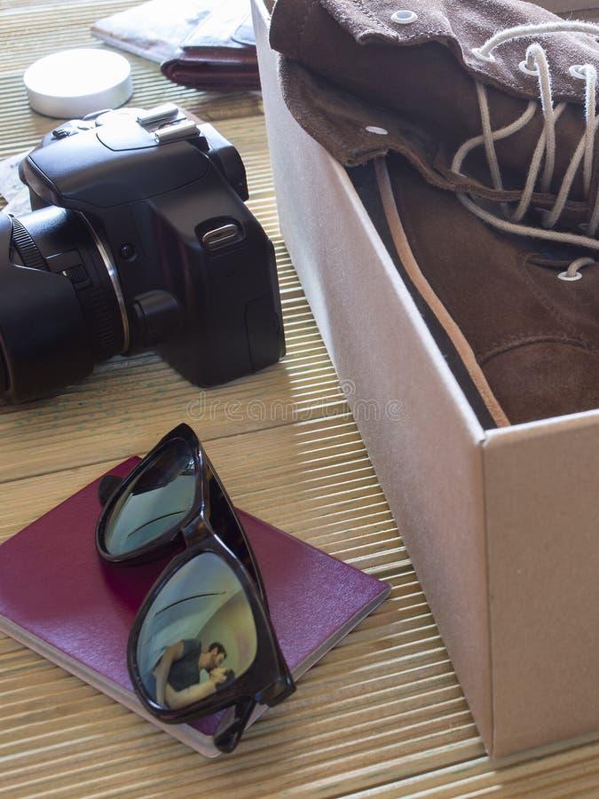 Open doos met een paar laarzen Paar die een kus geven aan een komst royalty-vrije stock foto