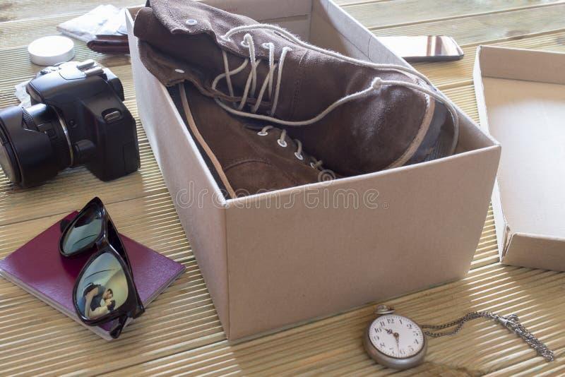 Open doos met een paar laarzen Paar die een kus geven aan een komst royalty-vrije stock afbeeldingen