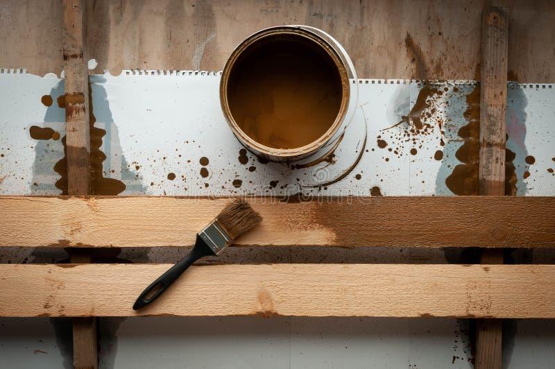 Open Dose Schmerz mit Bürste auf einem Schreibtisch mit gemaltem Brett stockfotografie