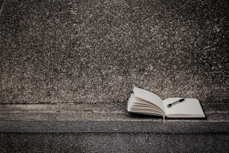 Open een leeg wit notitieboekje, pen royalty-vrije stock foto's
