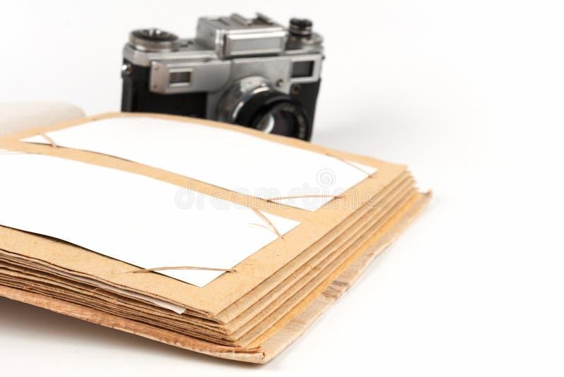 Open fotoalbum met een oude photocamera stock foto