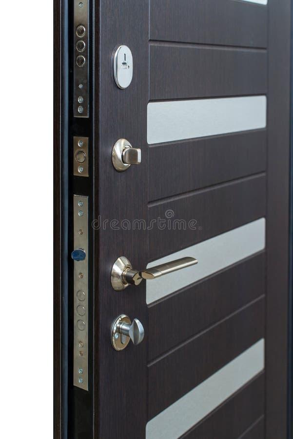 Open gepantserde deur Deurslot, Donkere bruine deurclose-up Modern binnenlands ontwerp, deurhandvat Nieuw huisconcept De huizen v royalty-vrije stock afbeeldingen