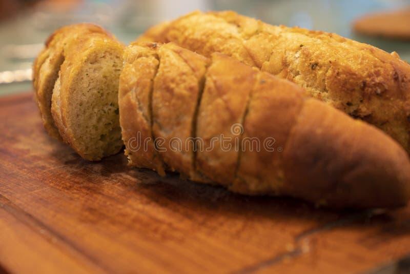 Open ha affettato il pane all'aglio sul bordo di legno fotografia stock