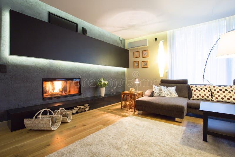 Open haard in comfortabele woonkamer royalty-vrije stock afbeeldingen