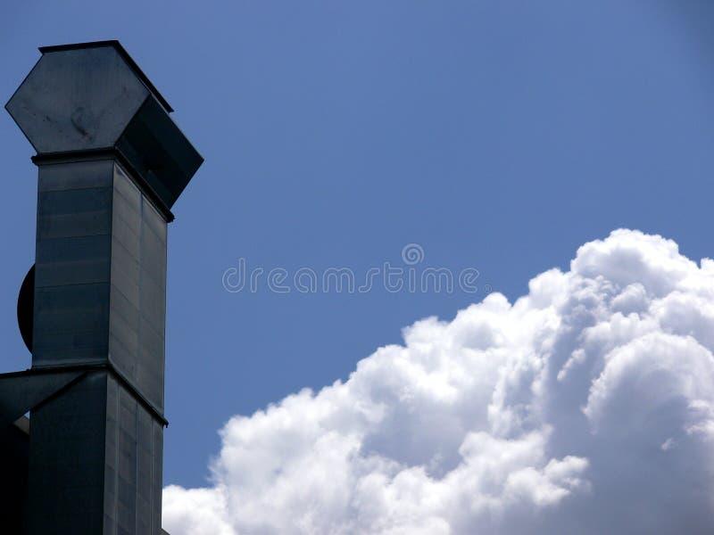 Open haard van zwart roestvrij staalprofiel wordt gemaakt met blauwe hemel die royalty-vrije stock foto's