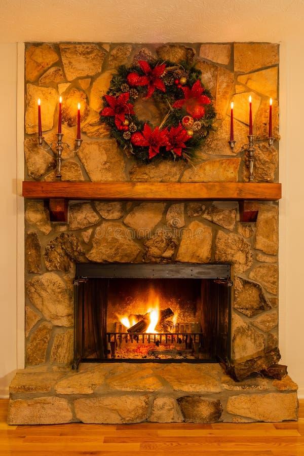 Open haard voor Kerstmis met een kroon en candelabras wordt verfraaid die royalty-vrije stock afbeelding